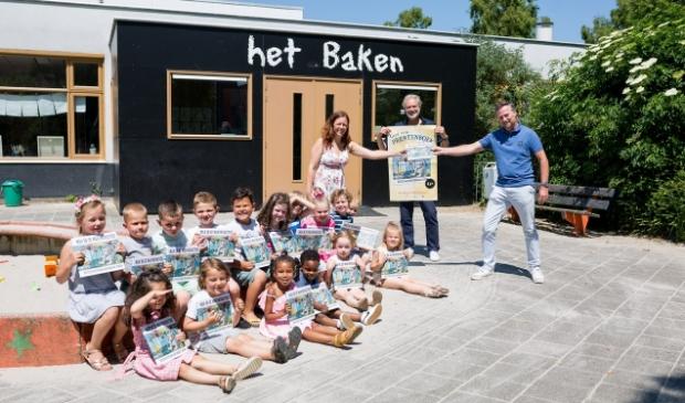 <p>Leerlingen van basisschool Het Baken samen met wethouder Paul van Meekeren en Henk Schulte (eigenaar van boekhandel Het Leesteken).</p>