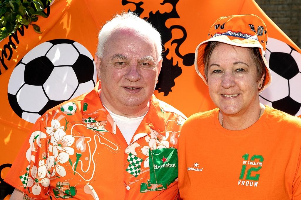 Frits en Trudy zijn Oranjefans in hart en nieren. (Foto: Vincent de Vries) © rodi