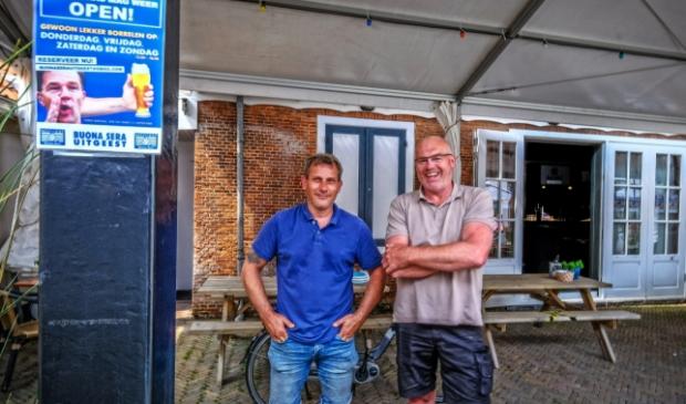 <p>Michel de Jong (l) en Jeroen Scholten. Mede initiatiefnemers en horecaondernemers Niek Groen en Bonnie Scholten ontbreken op de foto.</p>