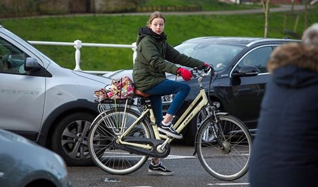 Vooral pubers laten zich snel afleiden in het verkeer.
