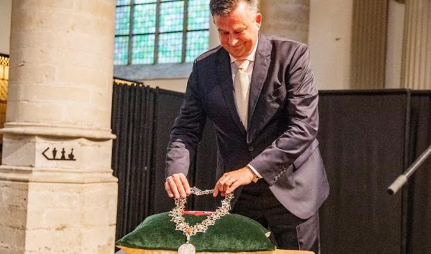 <p>Waarnemend burgemeester Emile Roemer levert z&#39;n ambtsketting weer in.</p>
