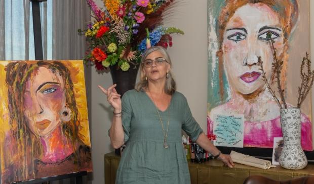 <p>Claudine in haar huisatelier tussen twee vrouwenportretten.</p>