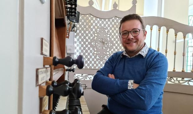 <p>Minne Veldman voor het nieuwe album op het Flaes & Br&uuml;njes orgel van Grote Kerk Westzaan.</p>