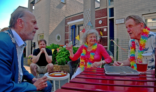<p>De vrolijk uitgedoste Wil en Joep waren aangenaam verrast dat burgemeester Bert Blase op bezoek kwam om hen persoonlijk te feliciteren met hun platina huwelijk.</p>