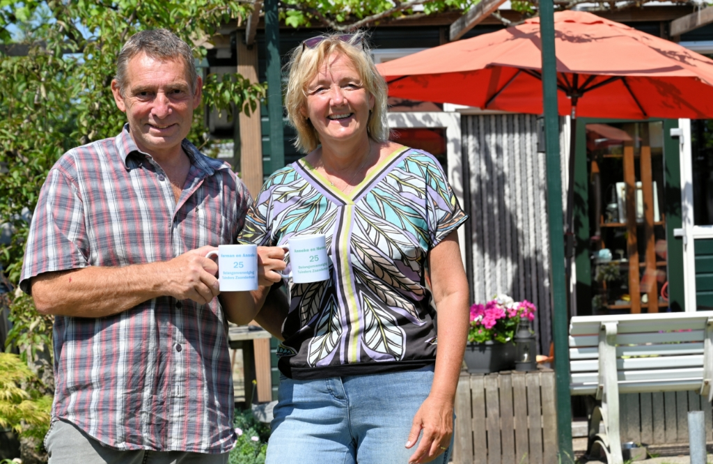 Herman en Anneke kregen een mok voor hun zilveren jubileum bij de tuinvereniging. (Foto: Peter Bongers) © rodi