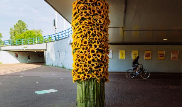 <p>Kunstwerk van zonnebloemen op het Mosplein.</p>