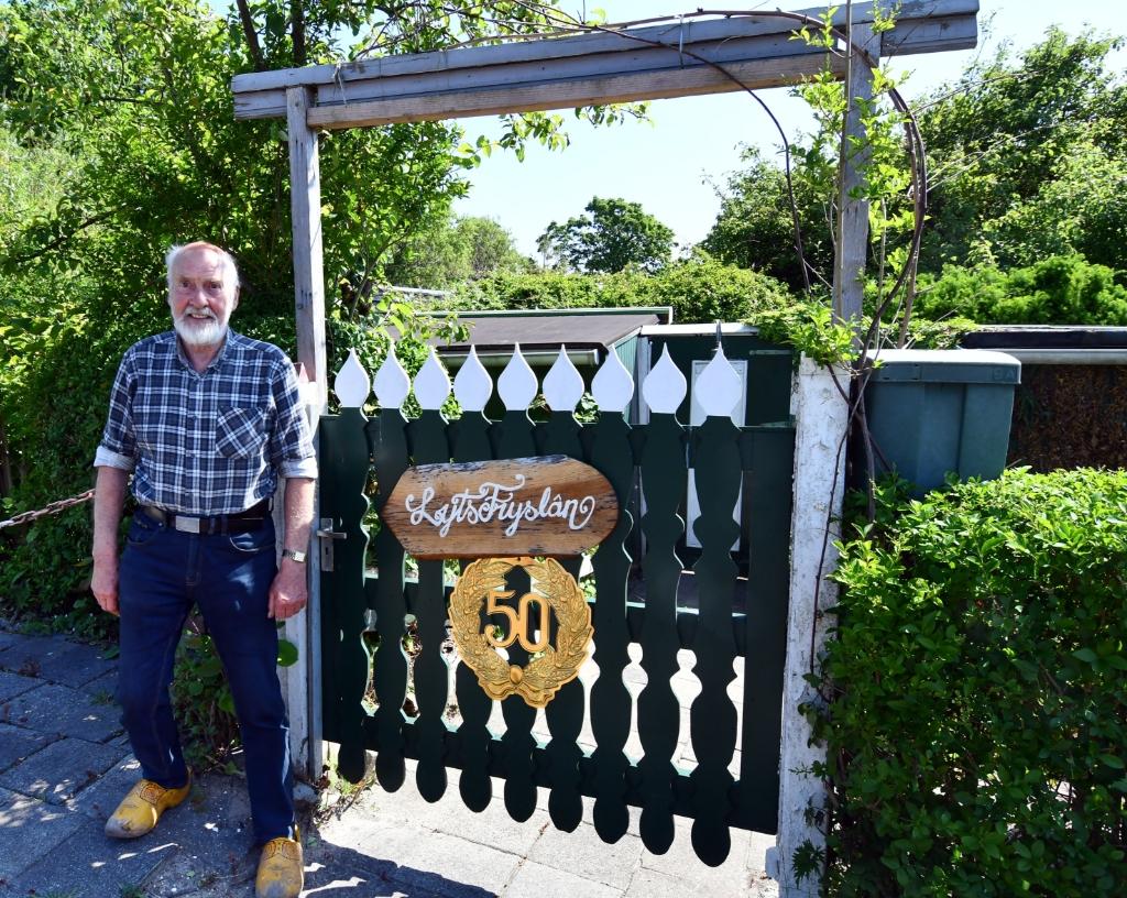 Sipke vergeet zijn Friese roots niet getuige het naambord op zijn poort. (Foto: Dirk Karten) © rodi