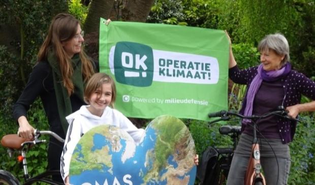 <p>V.l.n.r.: Kirstin, Yana en Gabi. Ook een delegatie van de actiegroep Oma&#39;s For Future fietst mee naar Den Haag.</p>