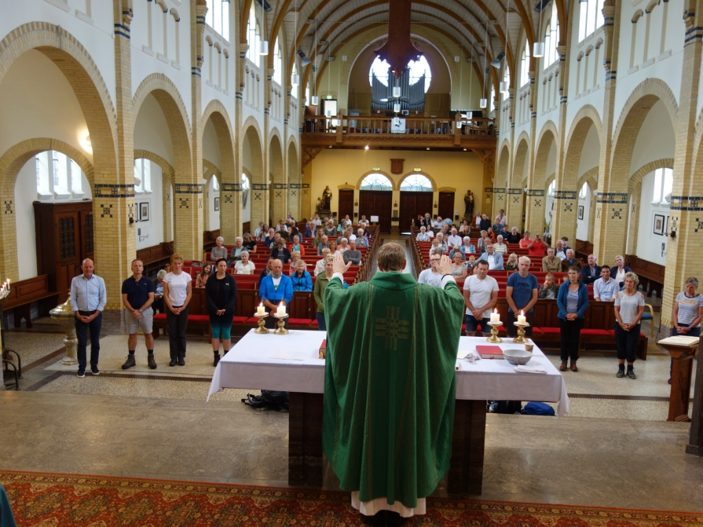 Veertien pelgrims kregen de reiszegen tijdens de zondagse mis. (Foto: Aangeleverd) © rodi