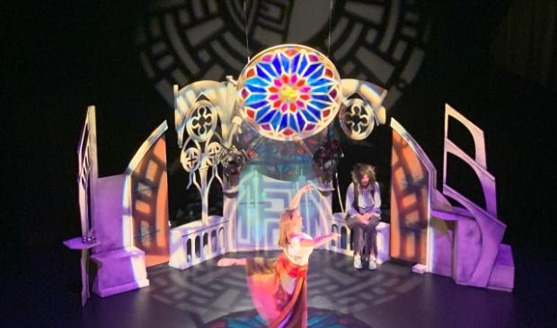 <p>Meesterlijk poppenspel met magische dans</p>