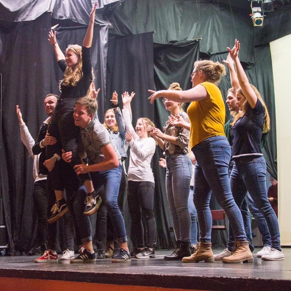Een deel van de cast van Fame tijdens een repetitie. (Foto: Renate van der Welle) © rodi