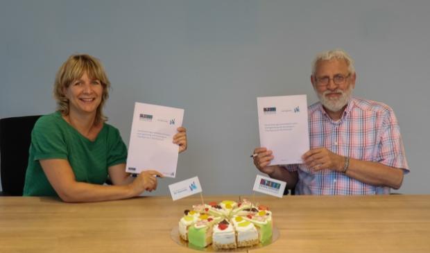 <p>Hans Kr&ouml;ger, directeur-bestuurder van woningstichting Het Grootslag, en Miranda Zwart, directeur-bestuurder van Vrijwilligerspunt Westfriesland, ondertekenen de samenwerkingsovereenkomst. </p>