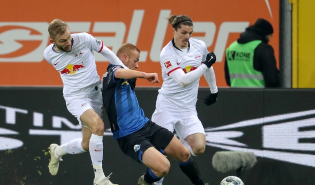 <p>De Leipzig-stieren Konni (r) en Sabi (l) jagen met succes een speler van Paderborn op. &nbsp;</p>