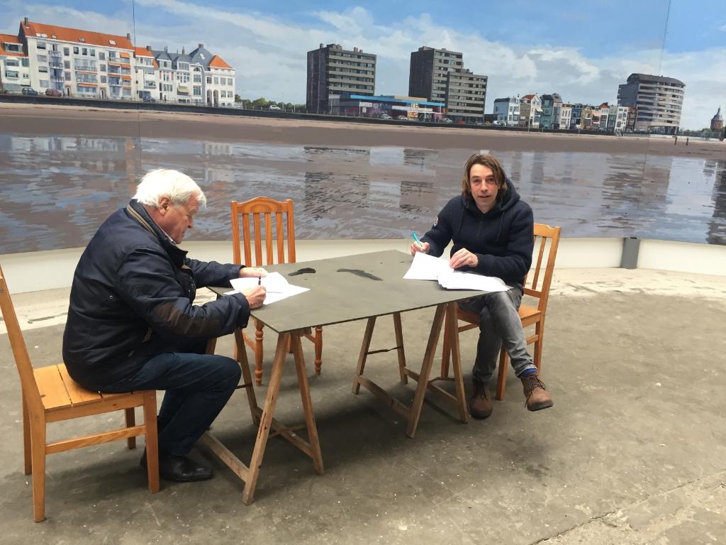 Ondertekening contract afgelopen winter in de expositie ruimte met links de heer Scherphuis, voorzitter van stichting Panorama Walcheren, en rechts Robert Vorstman (Foto: Haijo van der Werf) © rodi