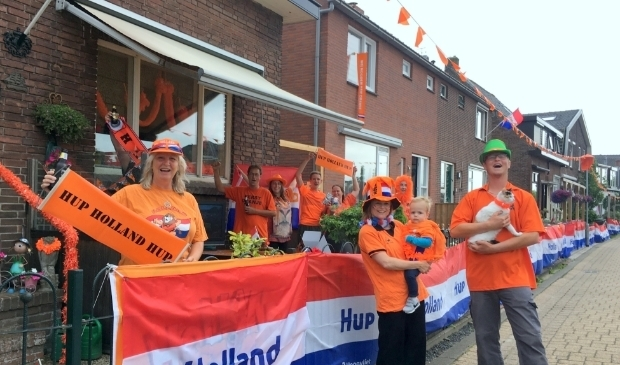 <p>De familie Scholten, met Anneke geheel links, viert het EK met buren. Hun straat, de Ridderbuurt, doet mee met de langste vlag-wedstrijd.&nbsp;</p>
