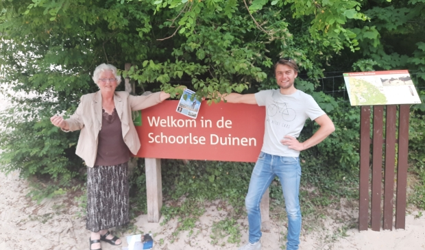 <p>Inwoonster Ela Hulshoff krijgt het eerste exemplaar van ondernemersvoorzitter Pelle Nijdam </p>