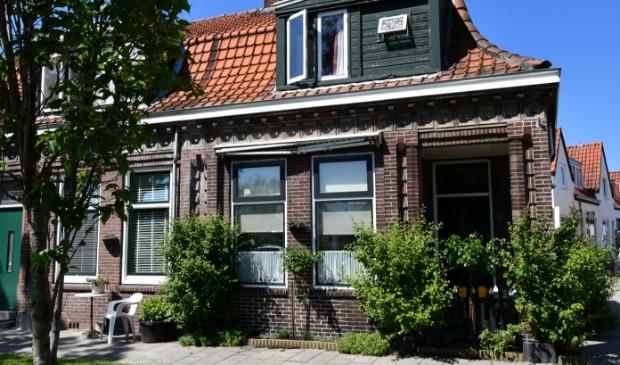 <p>Mooi voorbeeld van een rond 1925, met heel veel liefde voor details, gebouwd Zaans huisje aan De Ruijterkade in Wormerveer.&nbsp;</p>
