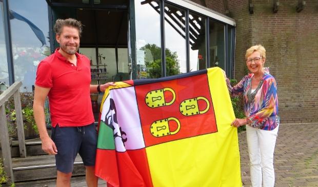 <p>Atze uit Sloten en Jolanda Edema, pr-medewerkster Molen van Sloten, preseteren de nieuwe reuzenvlag die wappert langs de Molen van Sloten.</p>