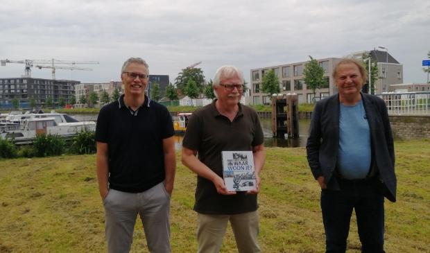 <p>Wouter van Waardt presenteert met trots het jubileumboek, geflankeerd door co-auteurs Yoeri van den Busken (links) en Peter Smit. Op de achtergrond bouwt en groeit Purmerend gewoon door.</p>