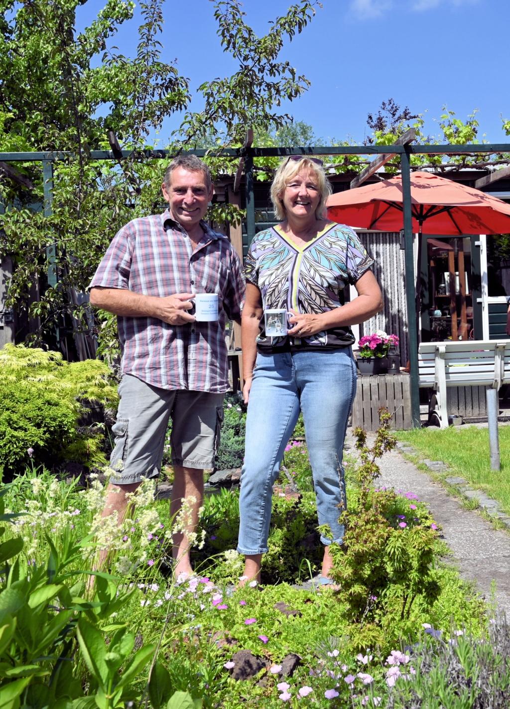 Herman en Anneke in hun mooie tuin. (Foto: Peter Bongers) © rodi