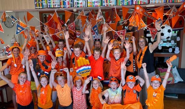 <p>Groep 7 van juf Maaike compleet uitgedost in oranje tenues.&nbsp;</p>