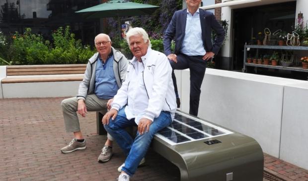 <p>Programmaleider Henk Ruijter, bewoner Ruud Kuijs en directeur Rabobank Jan Klaver &nbsp;</p>