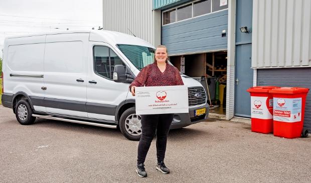 <p>Babyspullen eigenaar Marjolijn Hermus is bijzonder trots op de nieuwe bus die Stichting Babyspullen dankzij een ruimhartige donatie kon aanschaffen.</p>