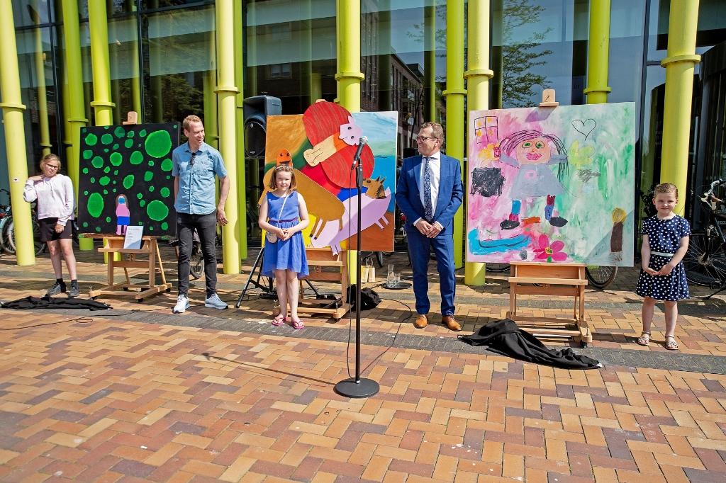 De drie winnaressen poseren trots met hun kunstwerken en de beide wethouders. (Foto: Vincent de Vries) © rodi