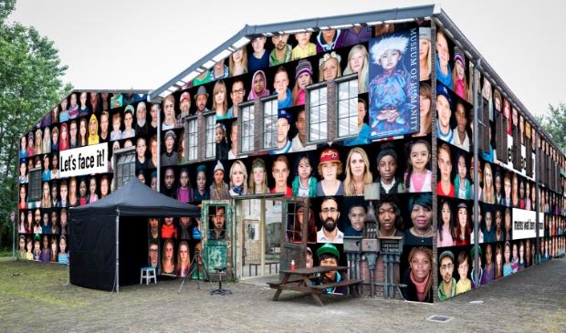 Op de buitenmuren van het Museum of Humanity komen honderden grote gezichten te hangen. Het project Let's face it! is een eerbetoon aan de mensheid.