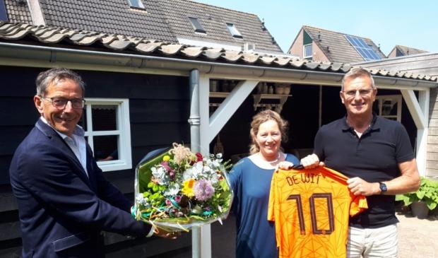 <p>Wethouder Nico Slagter overhandigt een bos bloemen aan de ouders van Dani.&nbsp;</p>