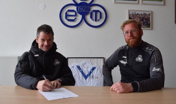 <p>Links de nieuwe trainer Erwin Smit, met naast hem Rudy van der Kolk, co&ouml;rdinator vrouwenvoetbal DEM. </p>