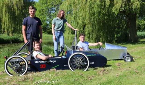 """<p dir=""""ltr"""" pstyle=""""PLAT"""">Het Martinus raceteam met de zelfgemaakte auto&rsquo;s: achter: staand Ari&euml;lle, zittend Eti&euml;nne, voor: staand Jasper, zittend Reno.</p>"""