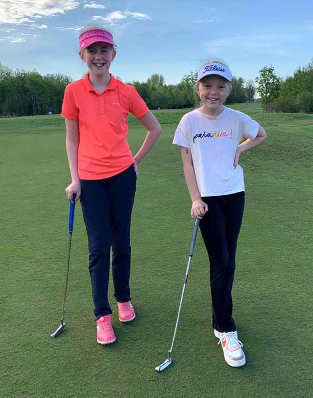 Britt (rechts) en haar golfvriendinnetje Lexi. ,,We hebben het heel gezellig samen.''  © rodi