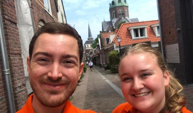<p>Het EK-videoteam - bestaande uit Julia (r) en Yannick (l) - peilde de oranjestemming in de regio. &nbsp;</p>