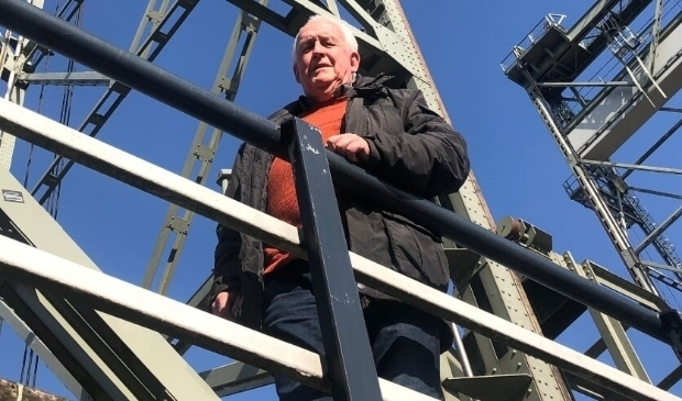 <p>Voorzitter Willem Kruiswijk van de Historische Vereniging voor de Hefbrug, hoe dan ook &eacute;&eacute;n van de iconen van Boskoop.</p>