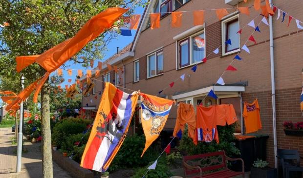<p>Oranje wasgoed hangt buiten in de Speenkruidlaan.</p>