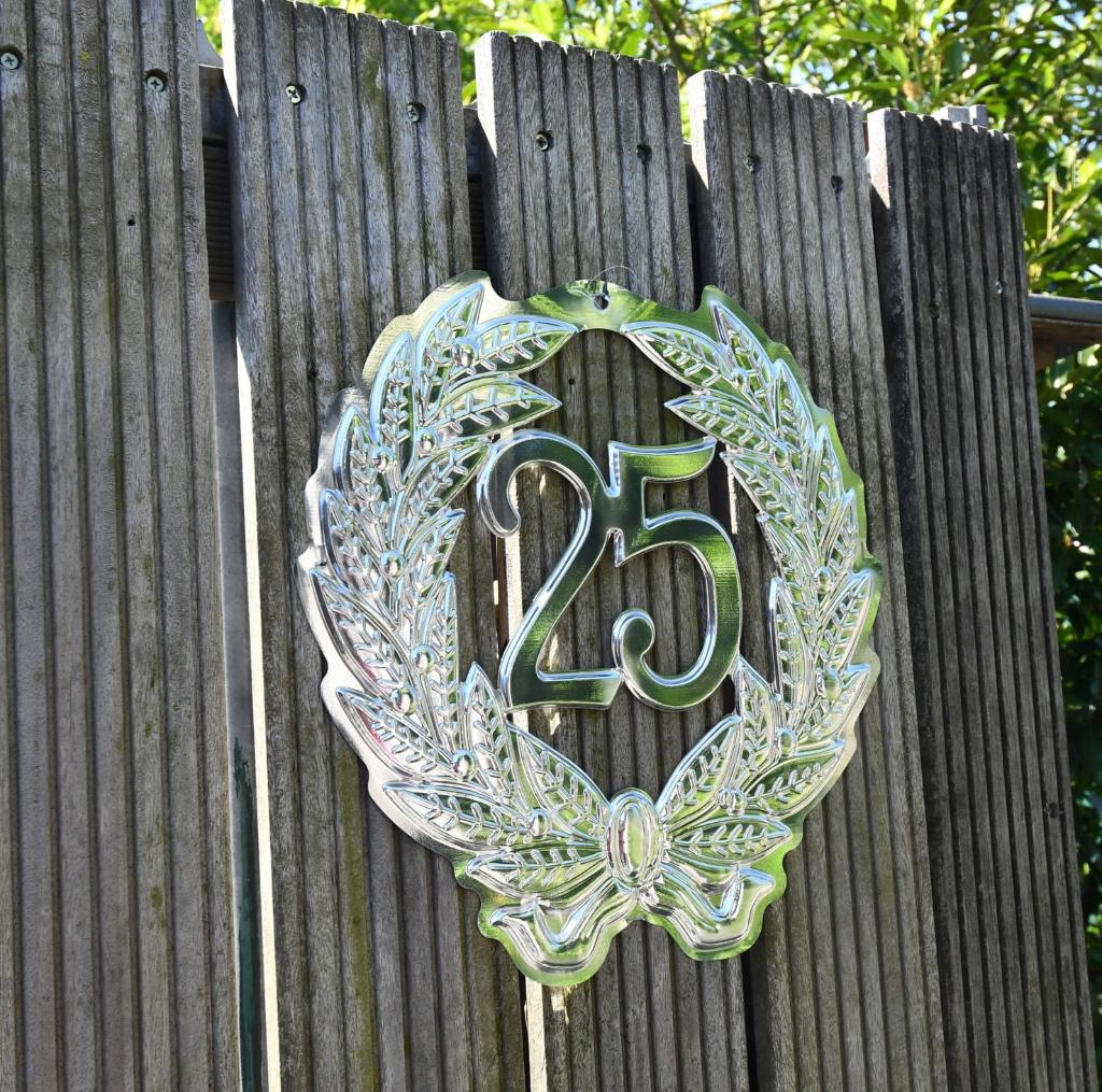 Aan de poort van Anneke en Herman is duidelijk te zien dat het stel 25 jaar lid is. (Foto: Dirk Karten) © rodi