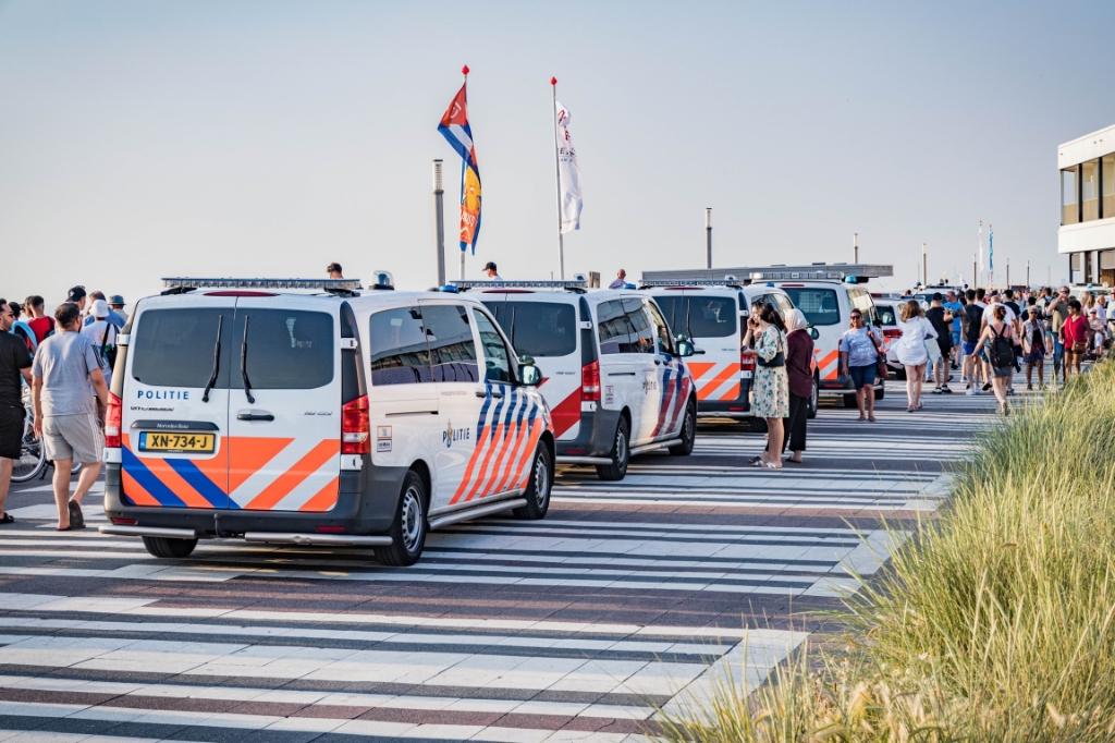 <p>Bij ongeregeldheden op het strand van Zandvoort zijn twee 29-jarige Amsterdammers aangehouden.</p>