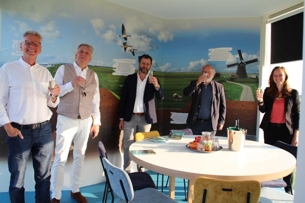 V.l.n.r.: Friso de Zeeuw (stichting Etersheimerbraak), Hans Schütt (wethouder), Willem-Jan de Vos (Alliantie Markermeerdijken), Rob Veenman (HHNK), gedeputeerde Zita Pels (Foto: aangeleverd) © rodi