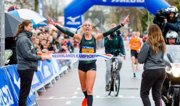 Susan Krumins tijdens het NK 10 km 2019 in de Schoorl Run.