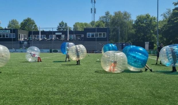 <p>Er kon onder andere deelgenomen worden aan bubbelvoetballen.</p>