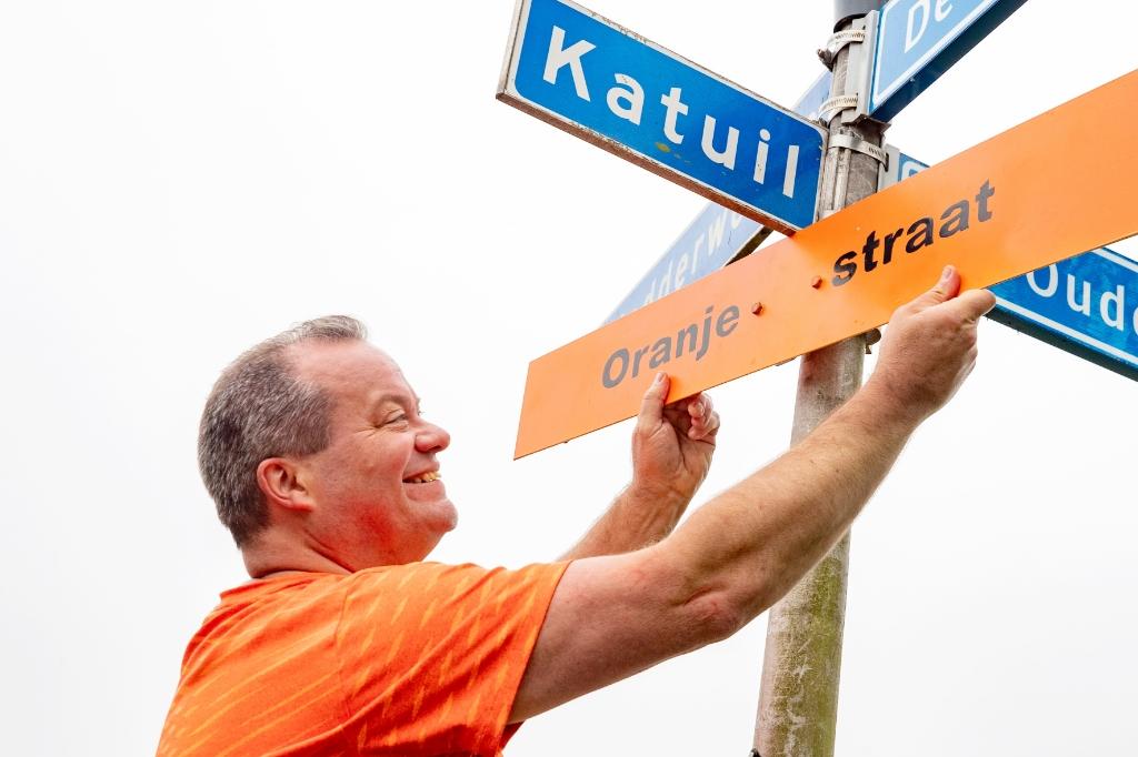 Katuil in Waarland is omgedoopt tot Oranje straat. (Foto: vincentdevriesfoto.nl) © rodi