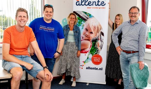 Vlnr. startende leerkrachten Patrick en Collin, coach Marieke Rademaker, startende leerkracht Kelly en Elfred Bakker, Bestuur Allente.