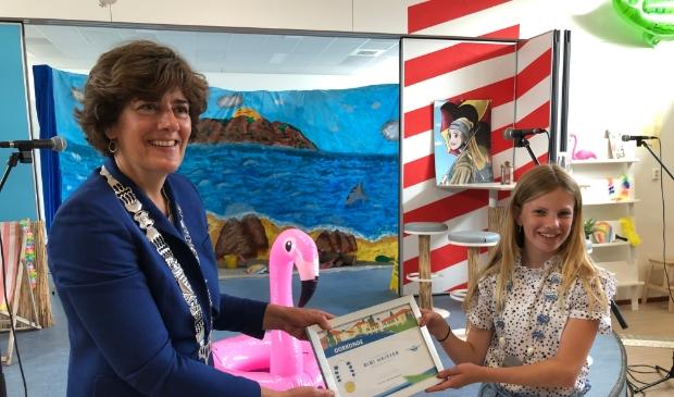 <p>Burgemeester Marian van der Weele bedankt Bibi Meister voor haar werk van de afgelopen anderhalf jaar voor de gemeente Waterland.&nbsp;</p>