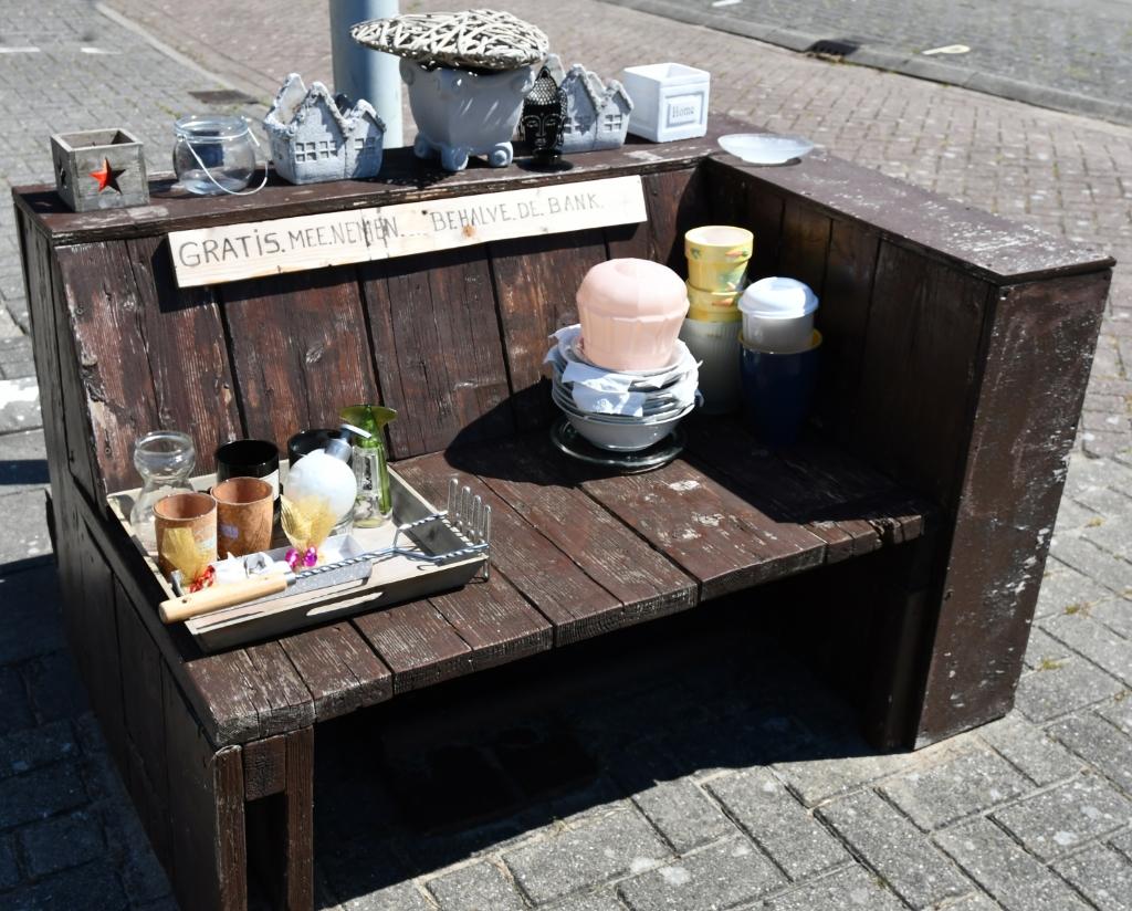 De spullen op deze bank mag je zomaar meenemen... (Foto: Dirk Karten) © rodi