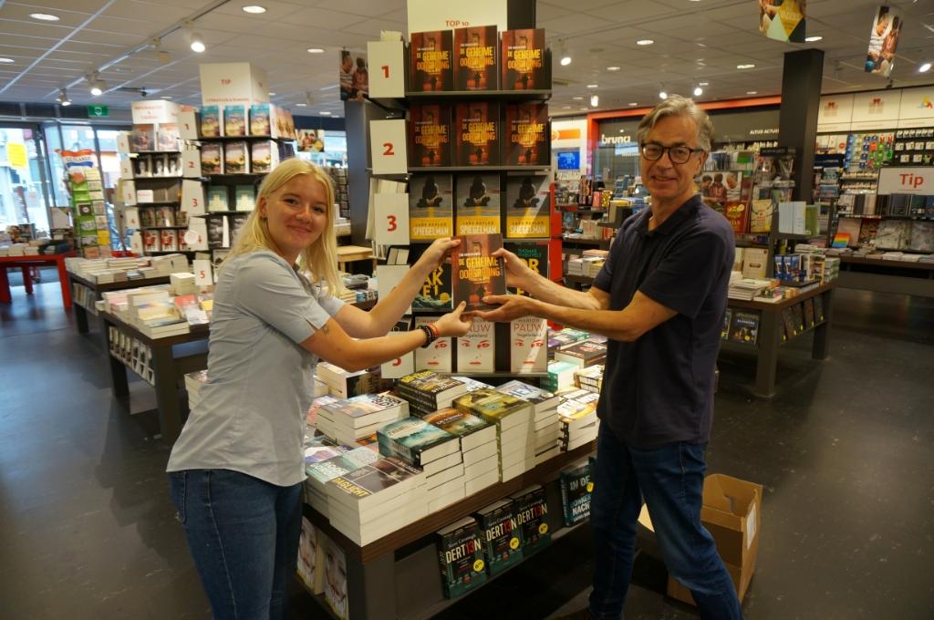 <p>Tom met Manuela, medewerkster van de Bruna voor de promotie van zijn eigen boek.</p>