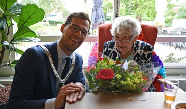 <p>Loco-burgermeester Jurgen Nobel bracht de honderd jarige Frouk De Muinck- Lefeber een bos bloemen.</p><p><br></p>