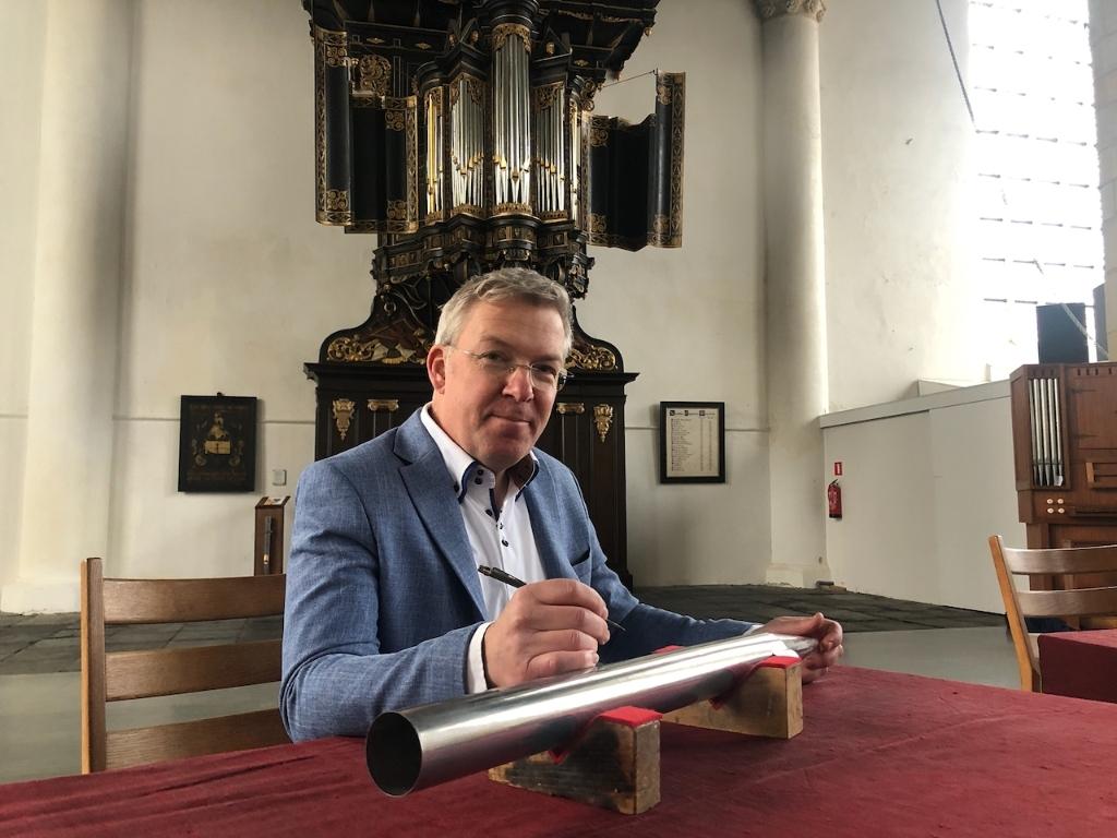 Orgelbouwer Johan Zoutendijk die aan het graveren is Foto: aangeleverd © rodi