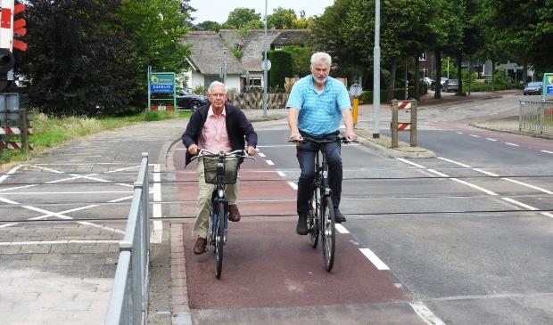 Anton Nieuwkoop (Ouderenbond) links en Alex van der Leest (Fietsersbond) over 4 verschillende kleuren rood asfalt.