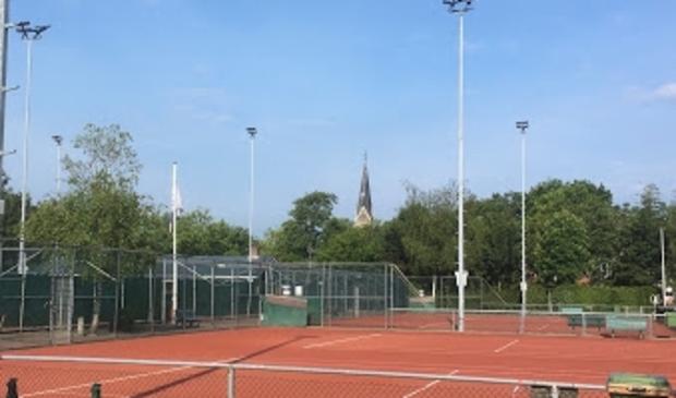 """<p pstyle=""""PLAT"""">De tennisbanen van de tennisvereniging Warmenhuizen zijn er helemaal klaar voor.</p>"""
